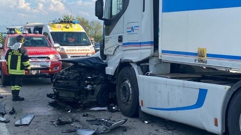 Incidente mortale nel Cosentino: muore una persona nello scontro tra un'auto e un camion