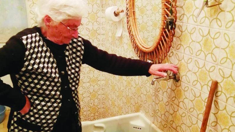 Vive in un alloggio popolare e da quattro anni è senza acqua