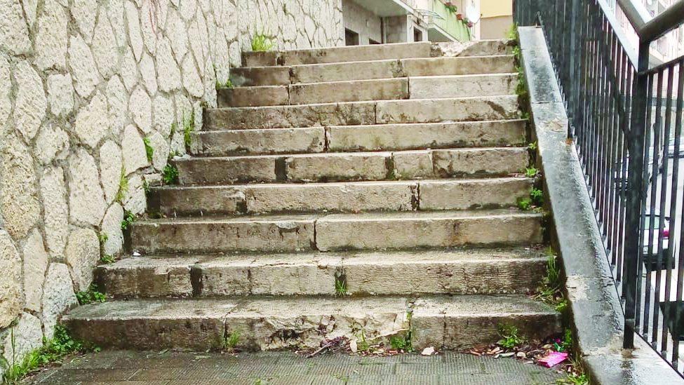 Alcune gradinate rotte a viale Dante a Potenza