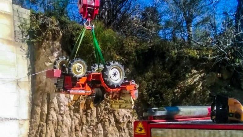 Tragedia in provincia di Cosenza: un uomo di 50 anni si ribalta col trattore e muore