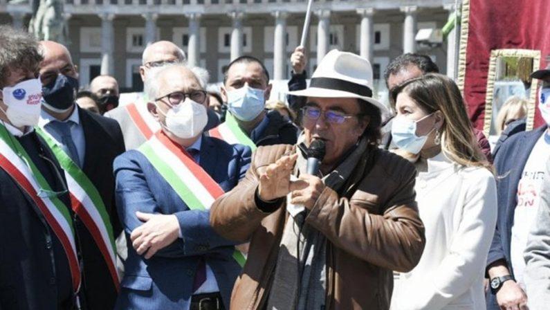 Sindaci in piazza a Napoli con Al Bano testimonial della protesta: «Il Sud va difeso»