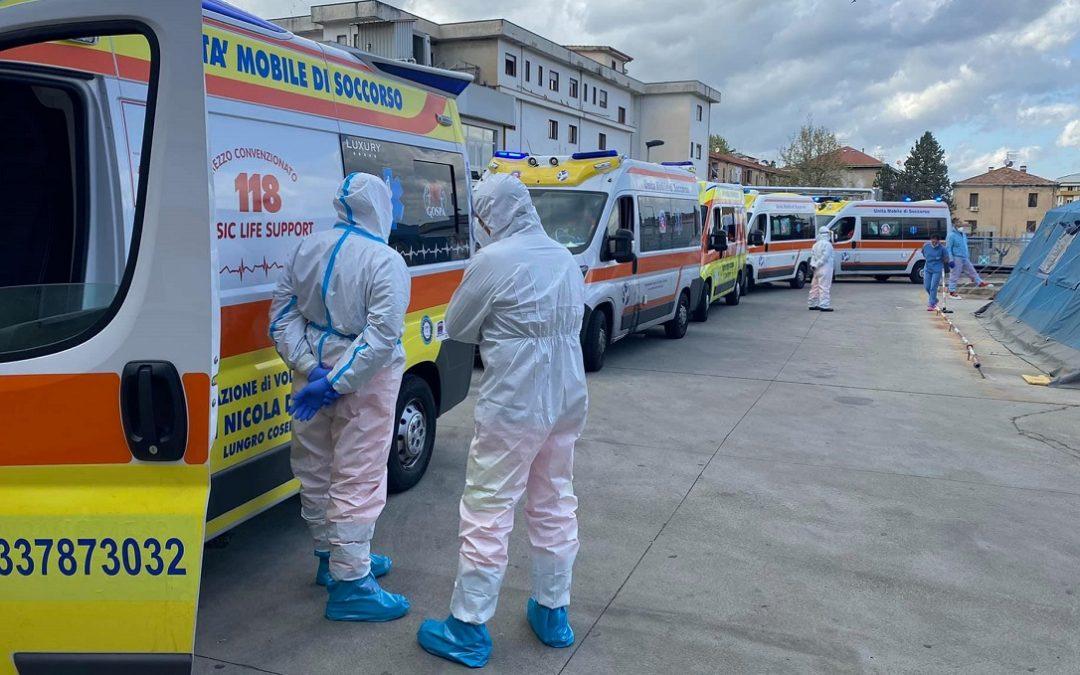 Le ambulanze in attesa davanti al Pronto soccorso dell'ospedale di Cosenza
