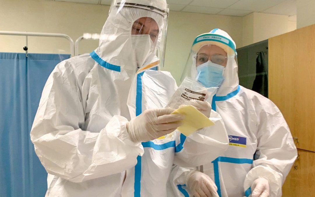 Operatori sanitari preparano una sacca di anticorpi monoclonali
