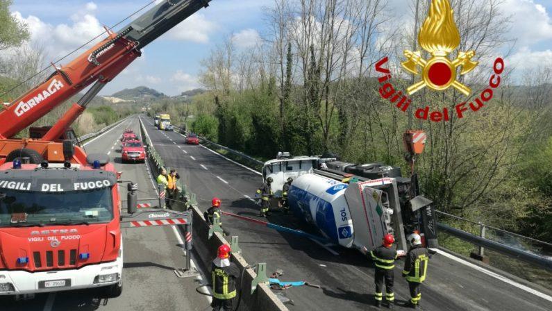 Autocisterna si ribalta sul raccordo autostradale Avellino-Salerno