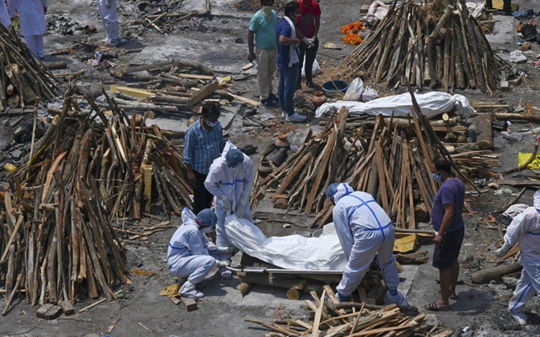 Cadaveri bruciati in strada in India (foto Agi)