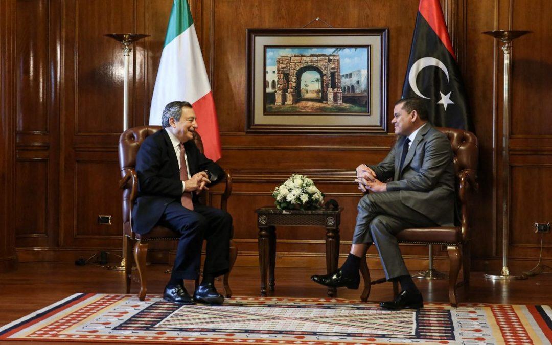 Il premier Mario Draghi con il primo ministro libico Abdul Dbeibah nell'incontro a Tripoli