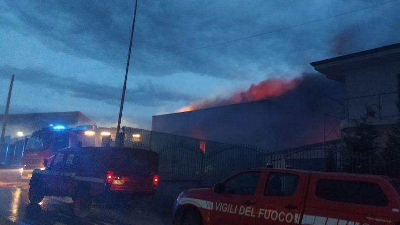 Incendio nel Vibonese, distrutto un impianto di smaltimento rifiuti