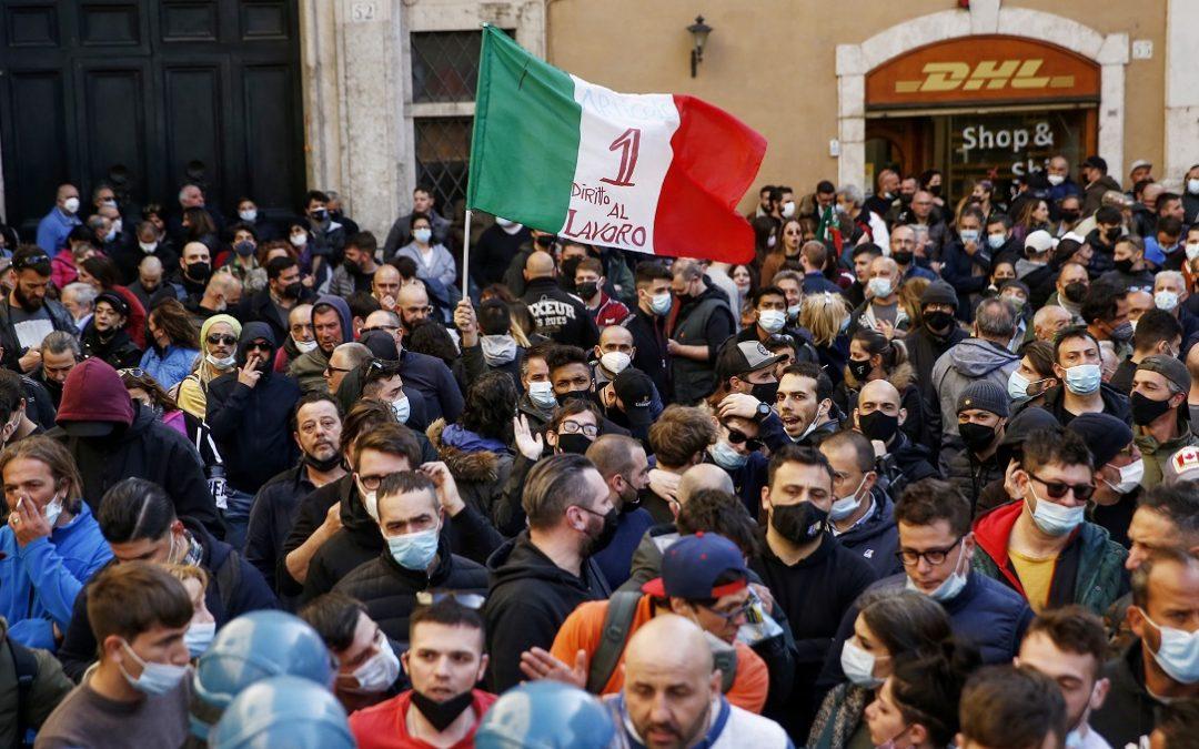 Momenti di tensione durante la manifestazione di ristoratori e partite iva a Roma