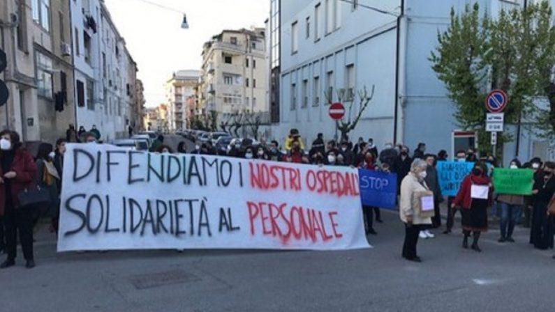 Cosenza, protesta davanti all'ospedale per la sanità pubblica: «Siamo qui per dire basta»