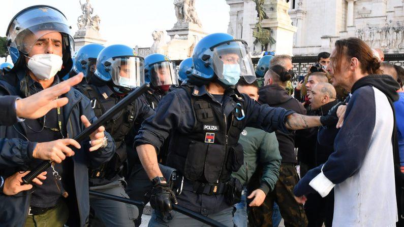 L'IRA DELL'ITALIA CHE NON CE LA FA PIÙ ORE DI GUERRIGLIA SOTTO IL PARLAMENTO