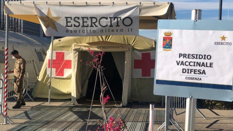 """Dosi da buttare? Ecco i """"riservisti"""" del vaccino al presidio militare di Cosenza"""
