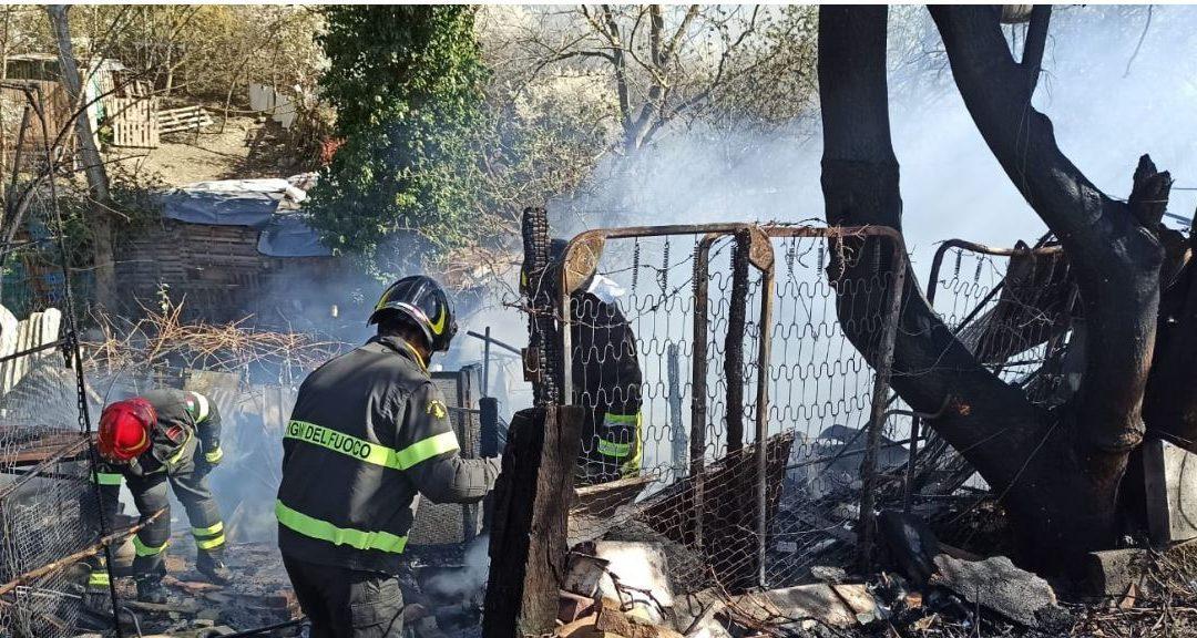 I vigili del fuoco al lavoro sul luogo dell'incidente