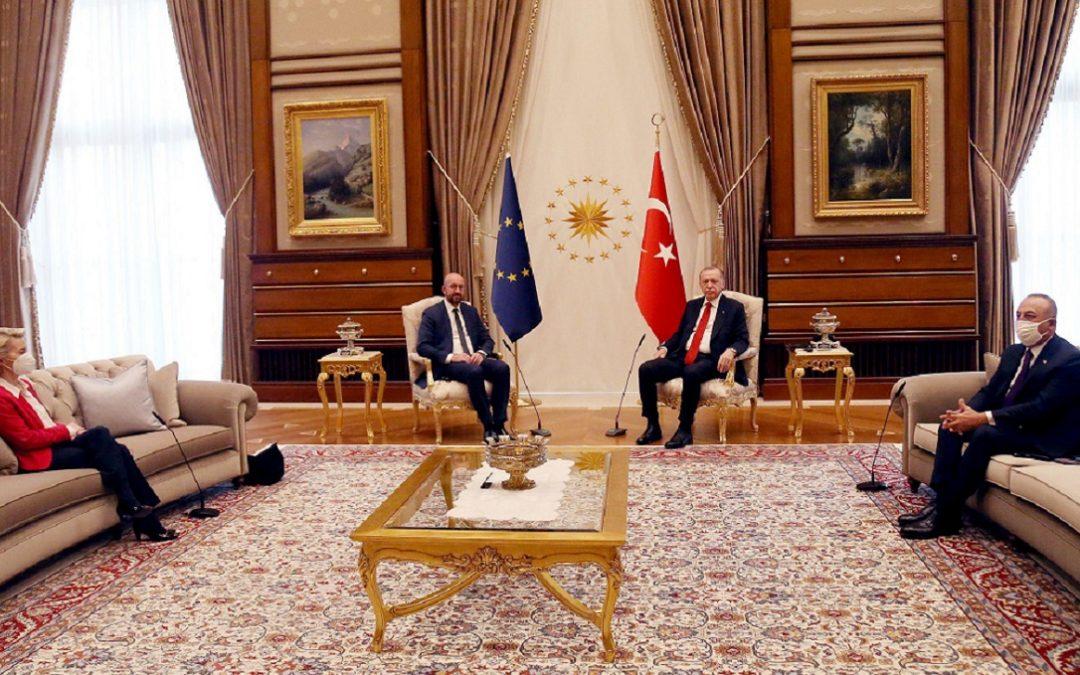 """Il """"sofà-gate"""" di Ankara: von der Leyen sul divano, Michel e Erdogan sulle sedie ufficiali  sotto le bandiere"""