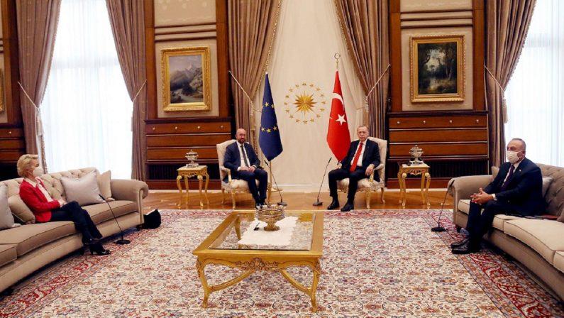 Perché Erdogan umilia l'Europa Draghi lo infilza: è un dittatore