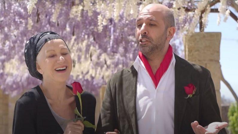 """VIDEO - Checco Zalone """"flirta"""" col Premio Oscar Helen Mirren nella nuova hit """"La Vacinada"""""""