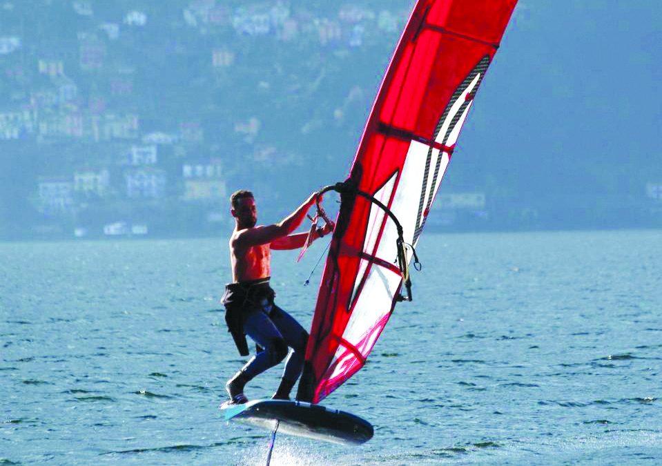 Carmine Navarra, 32 anni, di Vietri di Potenza, mentre attraversa il lago Maggiore
