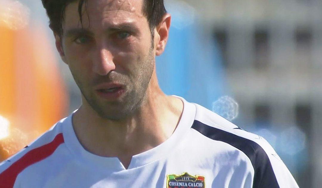 Il capitano Angelo Corsi in lacrime