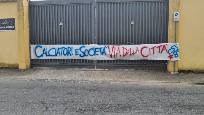 Serie B, l'ira dei tifosi del Cosenza per l'ennesima sconfitta: attacco a Guarascio