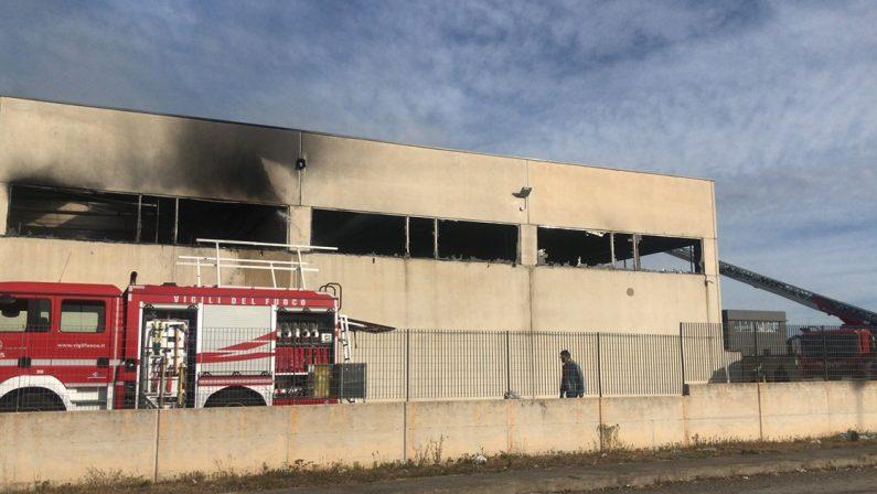 Incendio nella notte a Matera, in fiamme il capannone di una azienda di mobili imbottiti