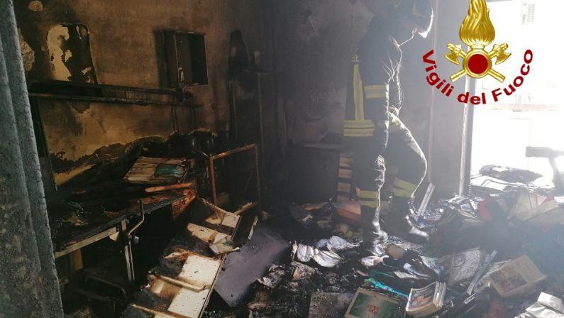 Incendio in uno studio medico a Catanzaro: panico nello stabile, persone evacuate dal tetto