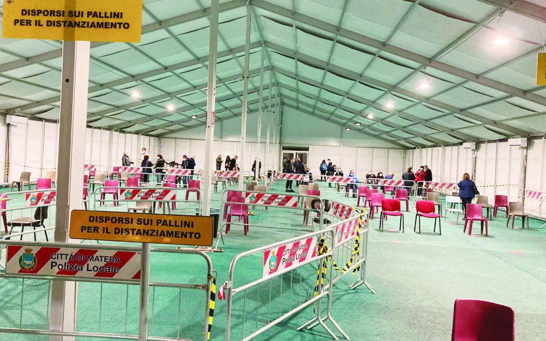 La tenda del Qatar deserta e altri due momenti della notte dei vaccini a Matera
