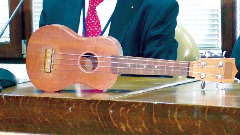 Trovata la soluzione: l'ukulele di Rino Gaetano sarà esposto nel salone della Lega Navale