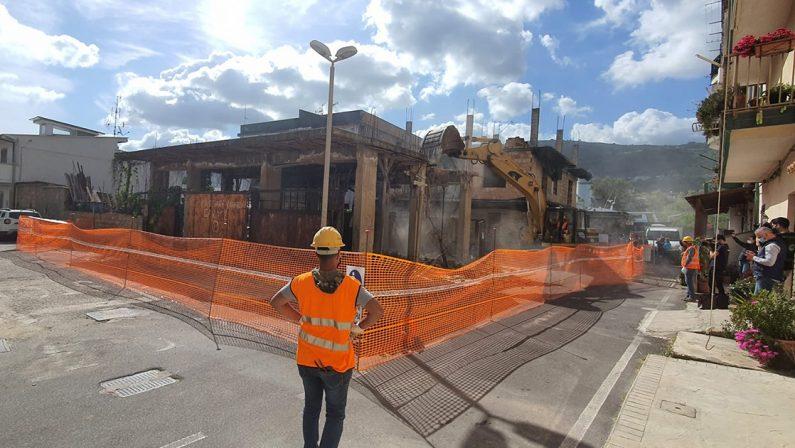 """Prima demolizione di un edificio abusivo al """"Pennello"""" di Vibo Marina, il sindaco: «Giornata storica»"""