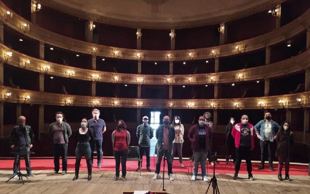 I manifestanti sul palco del Teatro Rendano
