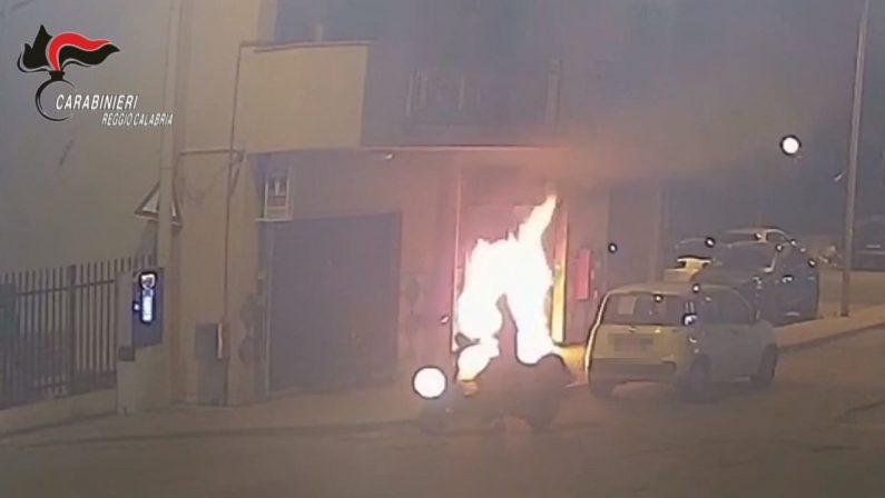 'Ndrangheta, gli incendiano la tabaccheria perché non vuole venderla: due arresti a Reggio Calabria - VIDEO