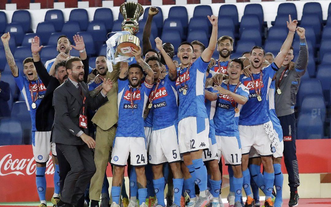 I giocatori del Napoli alzano la Coppa Italia 2020