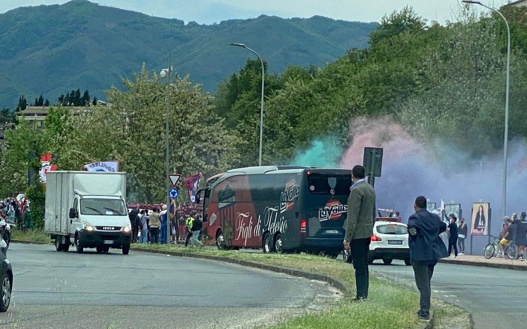 VIDEO – Serie B, la carica dei tifosi rossoblù prima di Cosenza-Monza