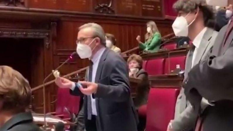 Deputati Pd in aula con i torroncini: «Oggi siamo tutti Condorelli»