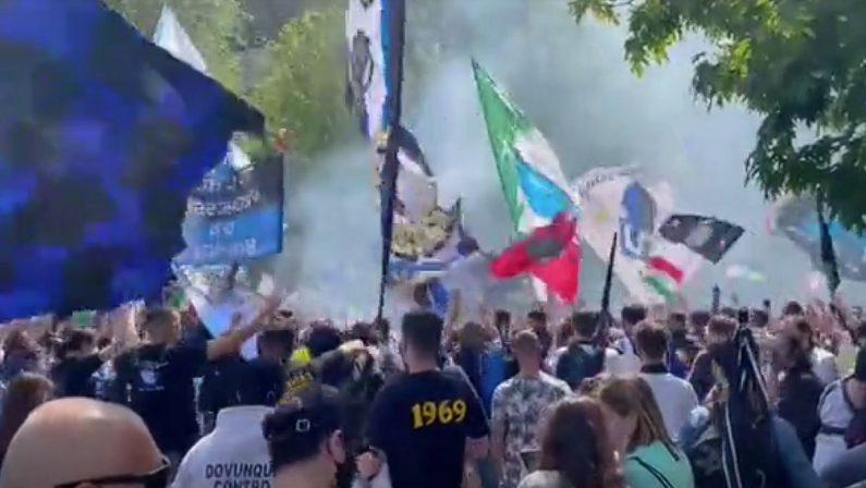 Festa Scudetto prima di Inter-Samp: 3 mila tifosi a San Siro tra fumogeni e assembramenti