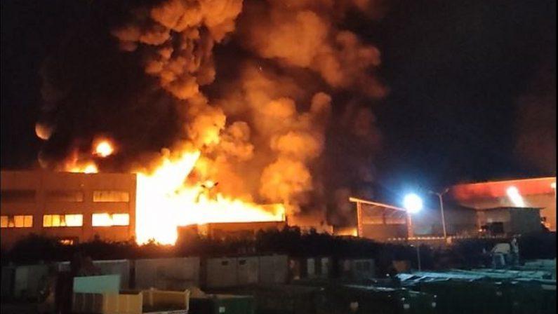 Incendio stabilimento rifiuti a Rende, i dubbi sulla qualità dell'aria. Si attendono i riscontri dell'Arpacal