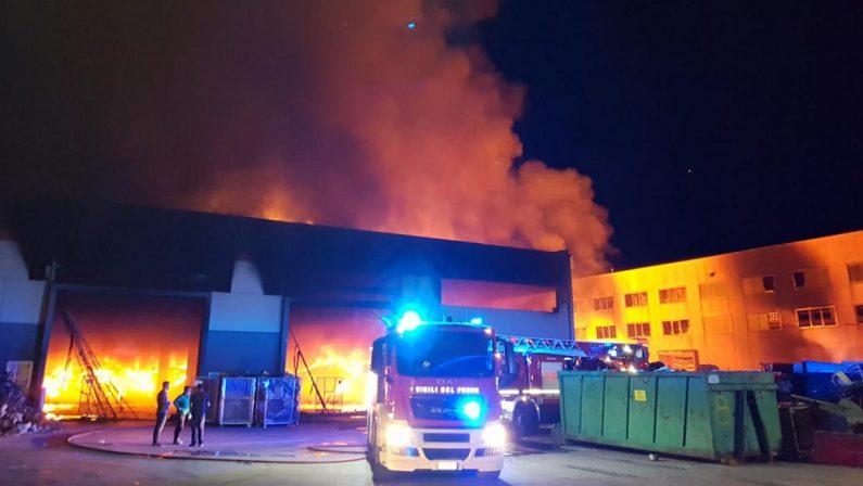 Incendio in un deposito di rifiuti a Rende, Manna ai cittadini: «Non uscite di casa» - FOTO E VIDEO