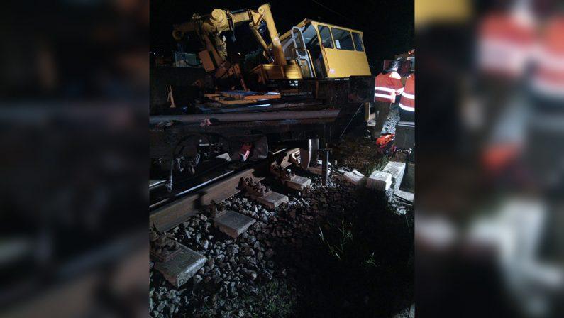 Deraglia un treno con operai a bordo nel Cosentino, un ferito