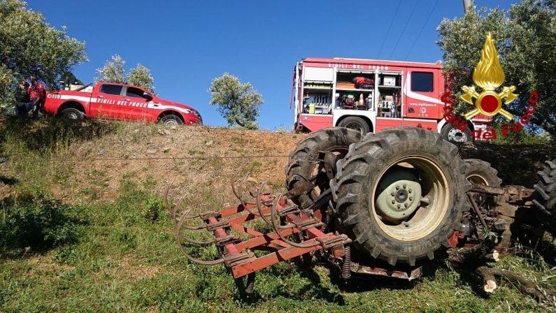Tragedia sul lavoro a Lamezia, si ribalta un trattore: morto un uomo di 50 anni