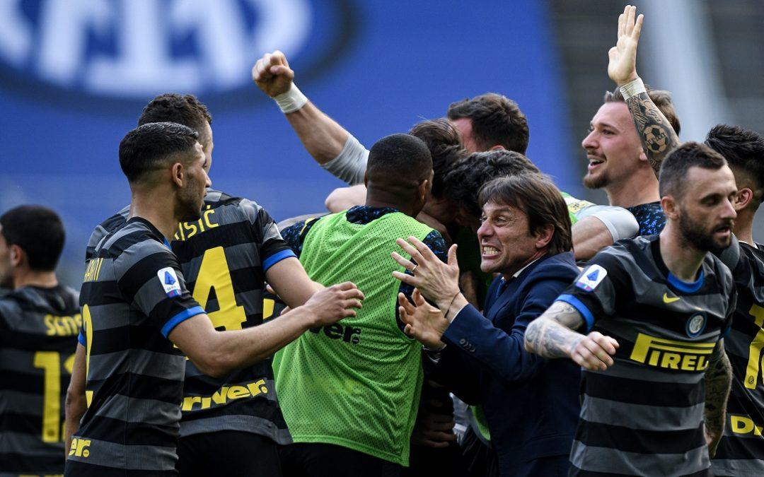 Antonio Conte esulta assieme ai suoi calciatori