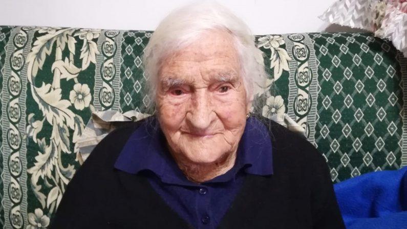 Nonna Angela si protegge dal Covid a 105 anni: è tra le più anziane vaccinate in Calabria