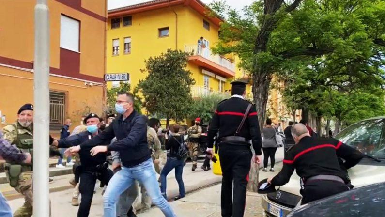 Nuoro, accoltella l'ex e uccide il figlio di lei: i carabinieri lo salvano dal linciaggio