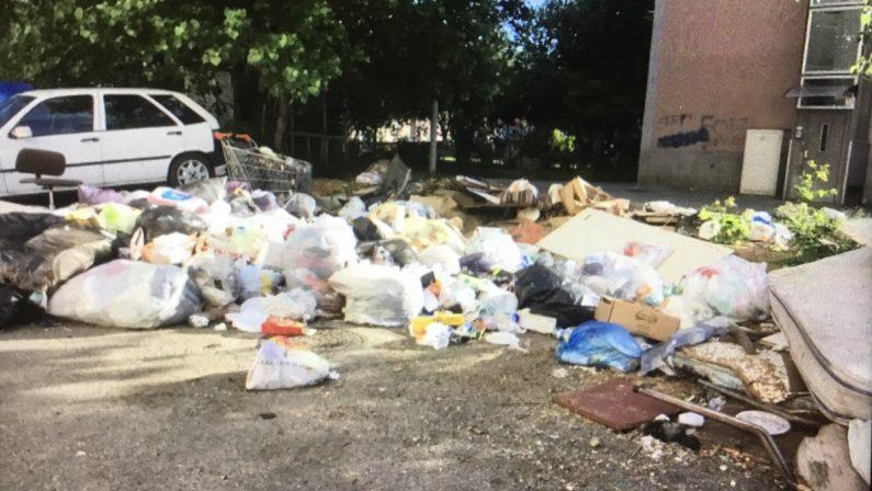 Emergenza rifiuti, sindaci disperati: i Comuni sommersi dall'immondizia