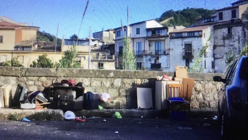 Raccolta ferma da giorni, Cosenza in preda ai rifiuti