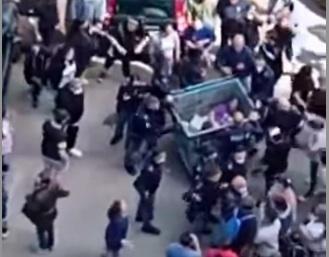 'Bimbi abusati', la polizia salva lo zio da linciaggio a Scampia