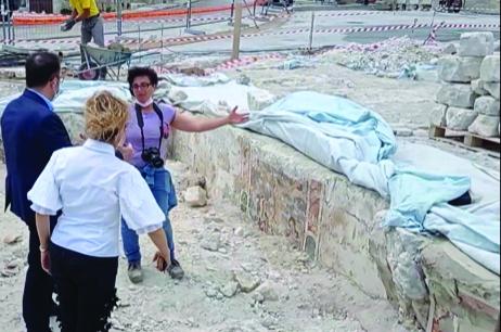 Il sindaco Bennardi e l'assessore Graziella Corti vedono direttamente gli affreschi che da ogni parte stanno venendo fuori nell'ambito degli scavi che sono ancora in corso