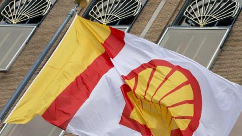 Shell condannata da un tribunale dell'Aia: deve ridurre le emissioni più di quanto aveva promesso