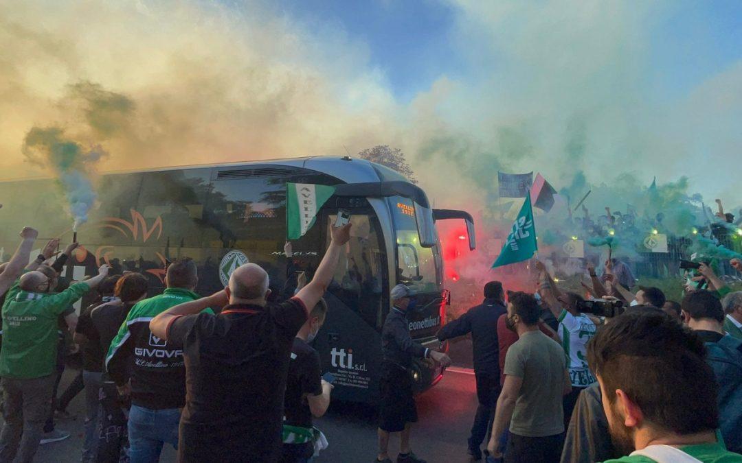 L'abbraccio del popolo biancoverde ai giocatori dell'Avellino Calcio prima della partita
