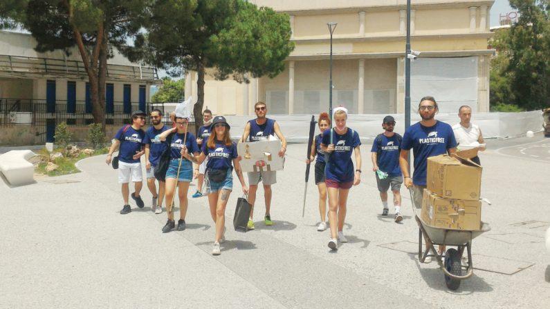 L'associazione Plasticfree ripulisce dai rifiuti il lido di Reggio Calabria