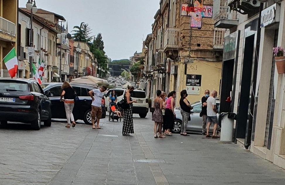 Gente in strada a Vibo con la mascherina