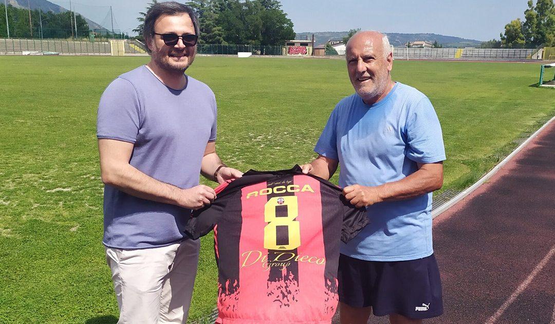 Il direttore generale del Castrovillari, Cristiano Esposito, consegna la maglia a Tonino Rocca