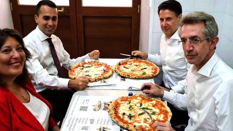 """Napoli, pausa pranzo elettorale alla storica pizzeria """"da Michele"""" per Di Maio, Conte e Manfredi"""